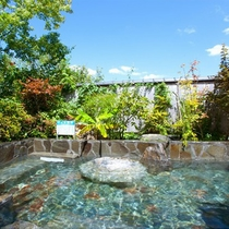 【露天風呂】広大な青空と共に、かけ流しの天然温泉をお楽しみくださいませ※3~10月のみ