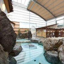 【大浴場】源泉100%掛け流しの温泉を広い大浴場でお楽しみ下さい。ダイナミックな岩が自慢です!