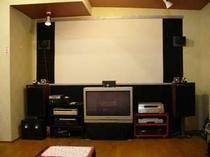 スタジオ正面100インチプロジェクター画面です音響は7・1chで迫力満点