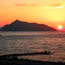 *【当館からの眺め】鹿島の夕日。感動の美しさです☆