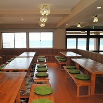 *お食事は海の見える食事処で♪夕食時には沈む夕日が眺められますよ