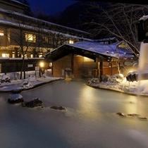 ◇新館をバックにした冬の夜の大野天風呂