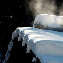 ◇冬はことさら暖かく感じる・・・内湯棟からのぼる温泉の湯気