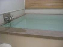 檜の香り毎朝入れ替え天然硫黄温泉は貸切家族風呂の高温泉、湯加減は体調・お好みでどうぞ