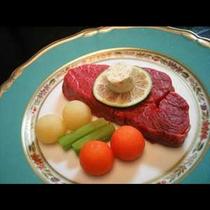 高品質の山形牛を厚めのステーキでお楽しみください。ほおばると口の中いっぱいに旨味と甘味が広がります。