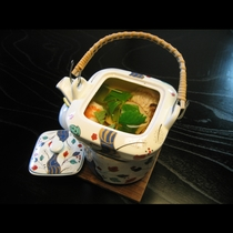 ゆったり寛ぐ秋の夜長に風味豊かな松茸の土瓶蒸しはいかがでしょうか。