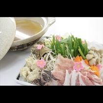 季節の野菜に採れたてのキノコ、お肉に白身魚と季節の美味しいものを欲張りにそろえた「ちゃんこ鍋」です。