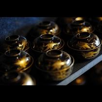 和の風情あふれる宿にて美しい漆器で味わう季節のお料理。身も心も豊かなひとときをどうぞお過ごし下さい。