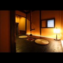 御部屋の入口では昔懐かしい囲炉裏がお客様をお迎えします。板張りの床がきしむ音も耳に心地よく響きます。