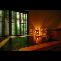 源泉掛け流しの湯を湛えた檜の浴槽が備えられております。【囲炉裏の間】