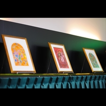 色彩豊かなシャガールの絵画は見ているだけで心踊ります。お子様にも楽しんでいただけるお食事の間です。