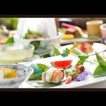 さっぱりとした味わいを並べた夏の膳。夏の暑さをそっとはらうような涼やかなお料理をご用意しております。