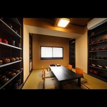 日本の美しい工芸品に囲まれ静かにお酒を楽しめる個室。しっとりとした大人の時間にふさわしいお部屋です。