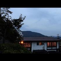 静かな山の夕暮れどき、鳥の声が響き風が優しくそよぎます。豊かな自然を肌で感じる美しい景観が自慢です。