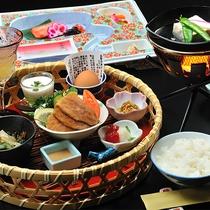 ご朝食からたくさんの小鉢が揃う御膳をご用意。焼き物、煮物、旬野菜など、季節の味わいが満載の御膳です。
