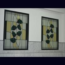 ステンドグラスに白亜の彫刻。温泉としては珍しい趣向を凝らしたお風呂は美肌の湯としても知られています。