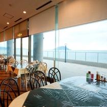 イタリアンレストラン 大きな窓からは玄界灘が一望。