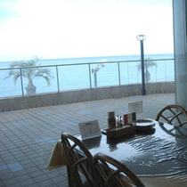 大きな窓のあるイタリアンレストラン 季節限定のメニューもあります