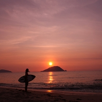 夕陽とボード ロマンの島、志賀島へようこそ!