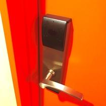 ◆客室ドア◆ 客室カードキーをかざすと開錠します。オートロックです。