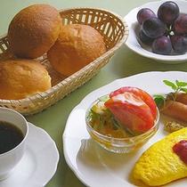 *新鮮な野菜たっぷりのサラダや、卵料理などの日替わりメニュー