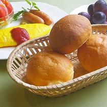 *朝食一例/出来立ての自家製パンが美味しい♪