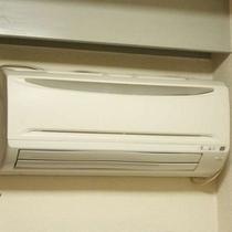 全てのお部屋に個別エアコンを設置していますのでご自由に温度調整できます。