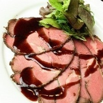 ホテル内【地下のしまだ】 ローストビーフ 味わいのローストビーフ 赤ワインソース 旬野菜添え