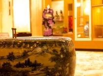 1Fロビー・売店の火鉢と間接照明☆