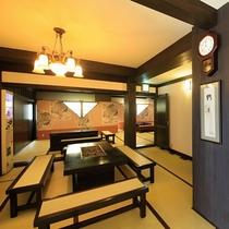 ■【ロビー】レトロモダンな照明と畳敷き、ノスタルジックな雰囲気のロビーです。