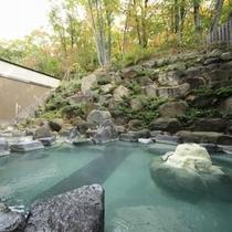 ■八右衛門の湯【露天風呂(秋)】100%かけ流しの硫黄泉をお楽しみください