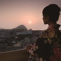 日本海に夕日が沈む頃、空も雲も茜色に染まっていきます。