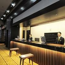 【ホテルフロントカウンター】24時間フロントスタッフがおりますので安心