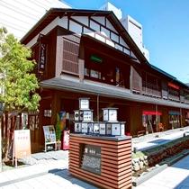 [七日町御殿堰]老舗とモダンが混在した空間。飲食店あり。ホテルより徒歩約15分。