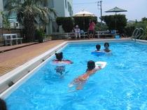 プールにて少ない人数