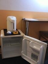 湯沸しポットと冷蔵庫