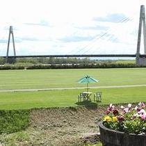 十勝川と美しいシルエットの白鳥大橋(十勝中央大橋)