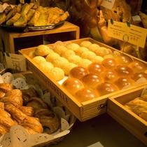 朝食バイキング/ホテルメイドの焼き立てパンが人気