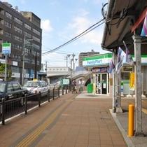 3.ファミリーマート前を通り陸橋へ向かいます
