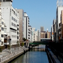"""【外観】道頓堀川沿いにある当館は、""""THE大阪""""の景色に溶け込んでいます♪手前の建物が当館です☆"""