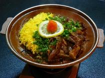 山口県下関地方の郷土料理「瓦蕎麦」風茶そばの陶板焼き