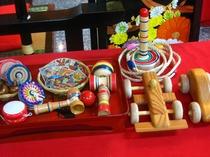 ロビーには昔懐かしい玩具をはじめ、絵本やDVDも設置しております。