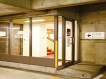 駐車場2階と4階に館内との連絡口がありますのでこちらから1階のフロントへお越しいただけます。