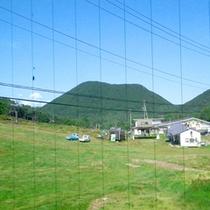 *【本館和室からの眺め】湯の丸高原の山々に囲まれています。