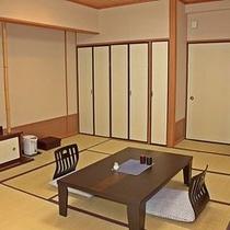 【本館和室】落ち着く畳の客室。
