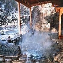 【お題目大露天風呂】冬は雪景色を眺めながら。四季それぞれの移ろいを楽しめます。