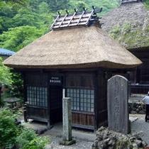 【日向見薬師堂】昔から湯治に来た人がお参りに。関東地方では数少ない国指定重要文化財の貴重な建物。