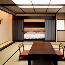 【源泉かけ流し 露天風呂付客室】ツインベッドルームと和室が仕切られたお部屋。