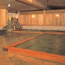 【薬師の湯】湯治場の趣を残した檜大浴場「薬師の湯」。檜と群馬県の銘石で作った湯舟が2つずつあります。