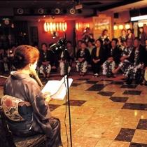 【俵町広場】女将の紙芝居や太鼓ショー、イベントが毎晩行われています。